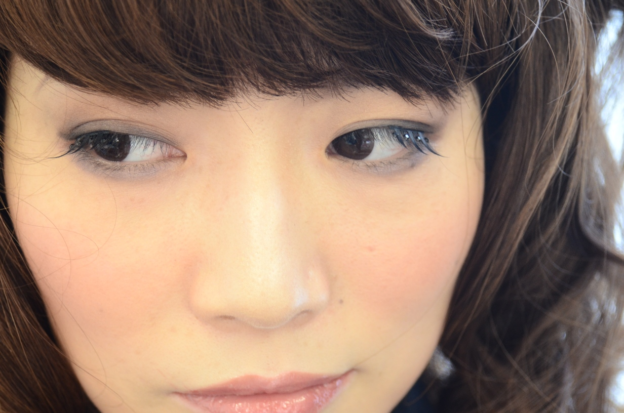 佐野氏にメイクされた米子店スタイリスト安達さんの様子01